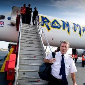Αναγκαστική προσγείωση για τον Bruce Dickinson